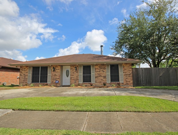 Front view of 1 Labarre Ct in Jefferson LA